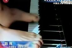Победил в телешоу, сыграв на фортепиано пальцами ног