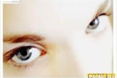 Плакаты с крупными глазами влияют на поведение людей