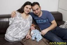 Женщина без ног и правой руки растит сына