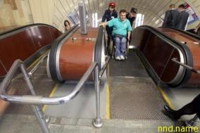 В метро инвалида должны сопровождать два сотрудника подземки