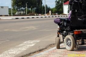 выбоина на пешеходном переходе в г. п. Лиозно не даёт возможности двигаться на коляске