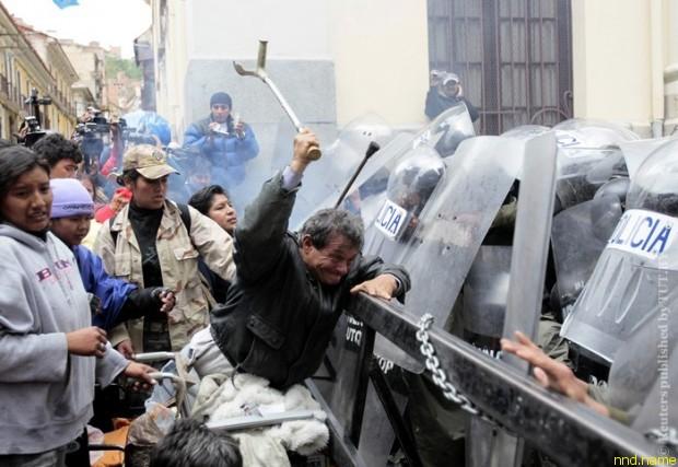Полиция разогнала акцию протеста инвалидов в столице Боливии
