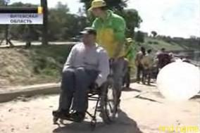 Инвалиды-колясочники проехались по улицам Витебска
