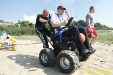 В Калининградской области испытали инвалидную коляску для пляжа