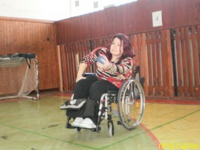Инвалид-колясочник Сильвия трижды в неделю ездит в спортзал на тренировки