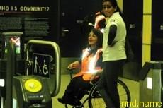 Волонтер в инвалидной коляске