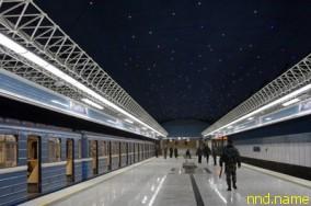 станция Петровщина выделяется на фоне остальных синим потолком со светодиодными звездами синего и белого цвета. «Космический» дизайн