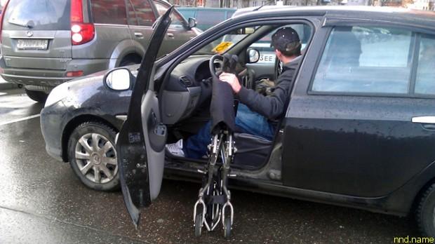 Колясочник не смог припарковаться в центре Вологды