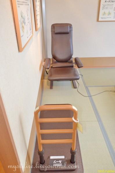 15. Слева в спальне находится низкое регулируемое кресло и устойчивый поручень