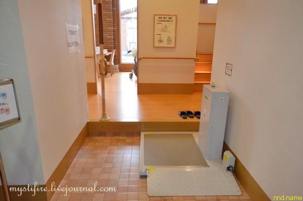 1. Так выглядит порог в традиционном японском доме. Обувь ставится в тумбочку или оставляется рядом с порогом на кафеле.