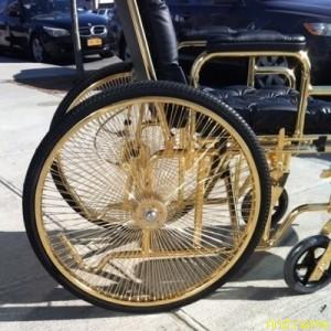 Леди Гага купила золотую коляску