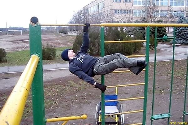На спортивных снарядах Миша тренируется практически ежедневно, по три-четыре часа в день