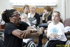 Танцоры из Филадельфии учат хип-хопу детей на инвалидных колясках