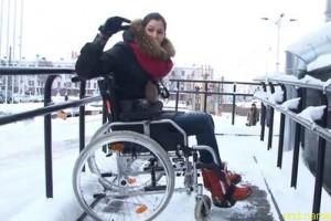 Эксперимент девушка в коляске по центру Минска