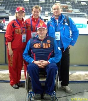 Волонтёры с паралимпийцем. Фото из архива Елены Берлевой