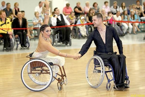 Несмотря на то что Елена недавно начала заниматься бальными танцами в инвалидной коляске, она с партнерами уже завоевала несколько медалей на международных соревнованиях