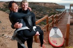 Парализованная женщина занимается серфингом на спине друга