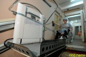 Как работают подъемники для инвалидов в подъездах Москвы