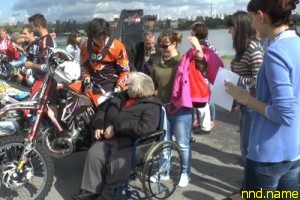 Мотофристайлеры покатали людей с инвалидностью