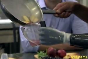Роботизированная рука помогает повару работать