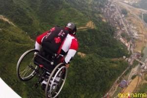 Парализованный парашютист продолжает прыгать в коляске
