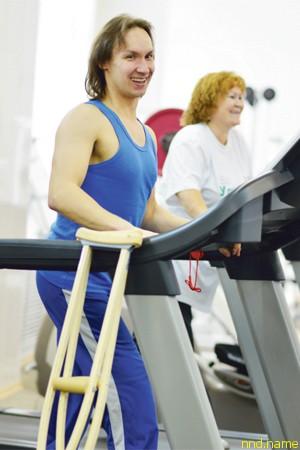 Спортсмены тренируются в спортзале в бизнес-центре «Метеор»