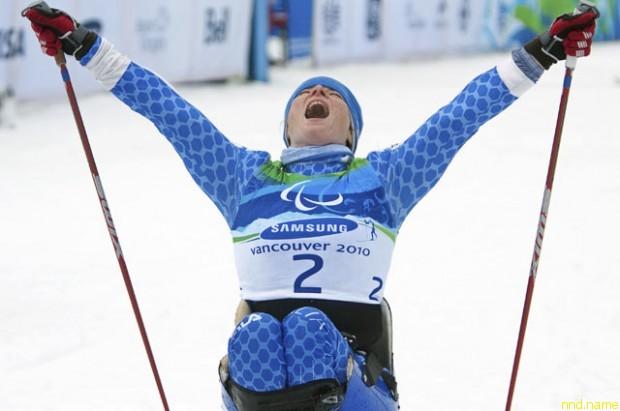Francesca Porcellato празднует победу в лыжном спринте на Паралимпиаде 2010 года