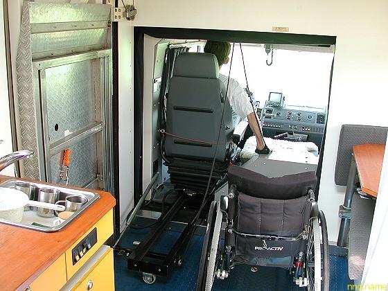 Пересадка из инвалидного кресла в кресло водителя.