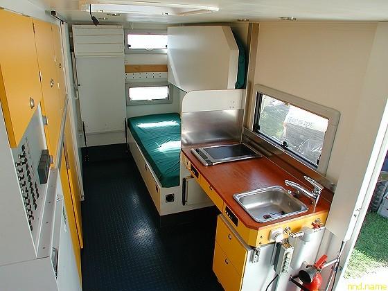 Спальня и гостиная в салоне полноприводного автокемпера