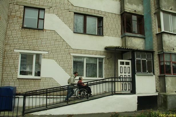 колясочнице Людмиле Храпик работники ЖРЭУ сделали пандус во двор прямо с ее балкона на первом этаже