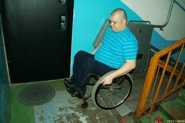 Станислав Войтеховский может без посторонней помощи в любое время выезжать из квартиры на улицу благодаря механическому подъемнику