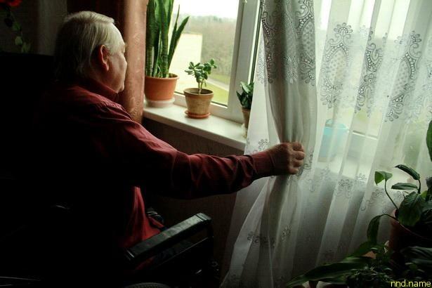 Осень и зиму Богуслав Домениковский проводит взаперти в своей городской квартире