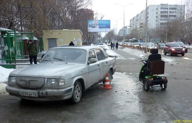 Электроскутер протаранил припаркованную на тротуаре «Волгу»
