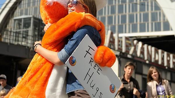 Бесплатные объятия (Free Hugs) выходят на улицы городов