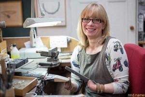 Женщина без пальцев один из лучших ювелиров Великобритании