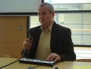 Павел Вдувик, демонстрируя органайзер для незрячих, напоминает, что сегодня техника может значительно облегчить учебу студентам с инвалидностью