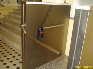 Для того, чтобы попасть на верхние этажи в зданиях без лифтов предусмотрены вот такие подъемники