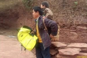 Ежедневно носит сына в школу, проходя 15км