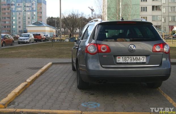 Парковочные места для инвалидов делаются такой ширины, чтобы можно было открыть дверь до упора и не повредить стоящую рядом машину