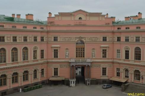 А вот попасть в Михайловский замок человеку с ограниченными физическими возможностями очень трудно — и со двора...