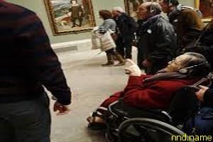Музеи Барселоны проводят экскурсии для людей с инвалидностью