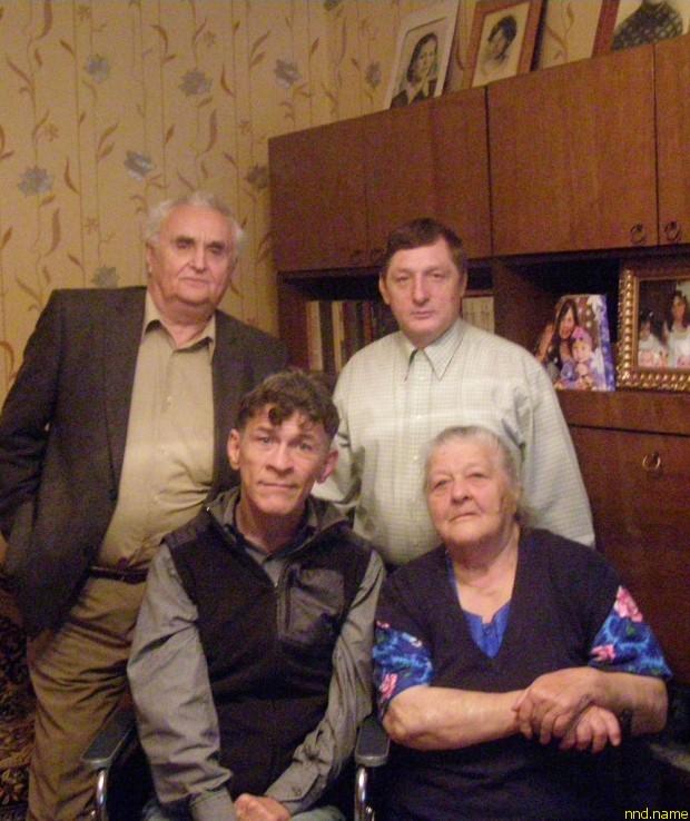 Сидят Сергей Сапоненко с матерью, стоят — Анатолий Боровский и Евгений Сергиеня
