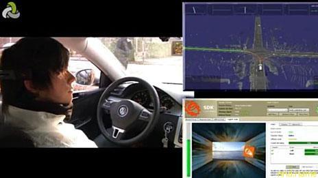 Матцке ведет машину, используя оранжевый куб (фото - проект BrainDriver)