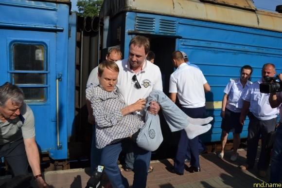 Одесский общественник Георгий Блощица помогает инвалидам покинуть поезд
