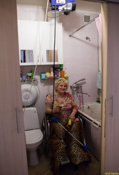 Чтобы мыться без посторонней помощи, Галина Ларионова разработала целую систему с лебедкой.
