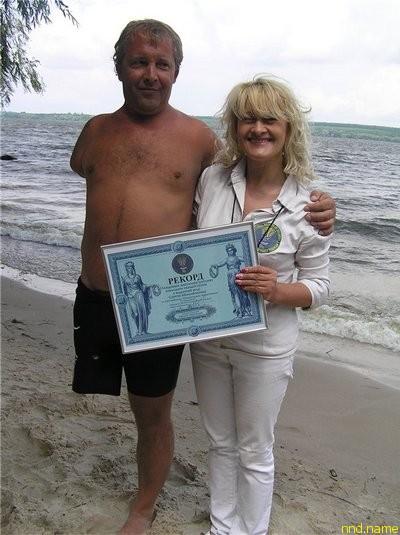 Лана Ветрова вручила Сергею Михайленко диплом о том, что его достижение является рекордом Украины