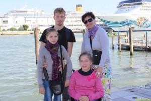 Юлия и Елена Стефняк, и их мама Ольга