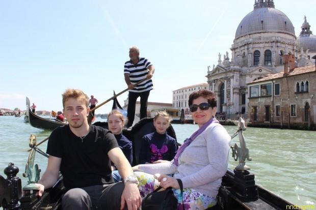 Венеция - Юлия и Елена Стефняк, брат Саша и их мама Ольга