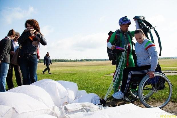 Шестеро колясочников прыгнули с парашютами на Боровой