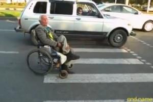 В Челнах колясочник бросался на «зебре» под колеса авто